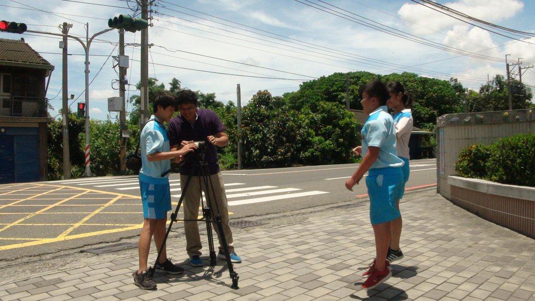 黃孝文(左二)要學生們拍片先學說故事,從拍出有趣的交通宣導片練習。記者謝恩得/攝...