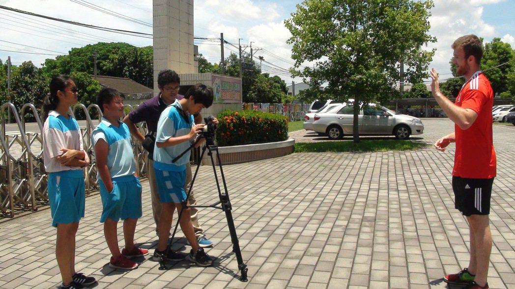 黃孝文(右二)指導學生們拍影片,要帶國際志工認識溪口鄉。記者謝恩得/攝影