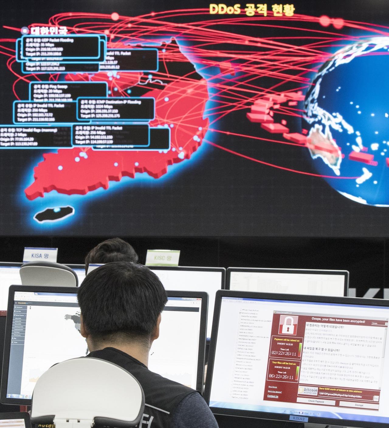 南韓網路安全局人員從電子看板監控勒索病毒在全世界的攻擊情形。(美聯社)