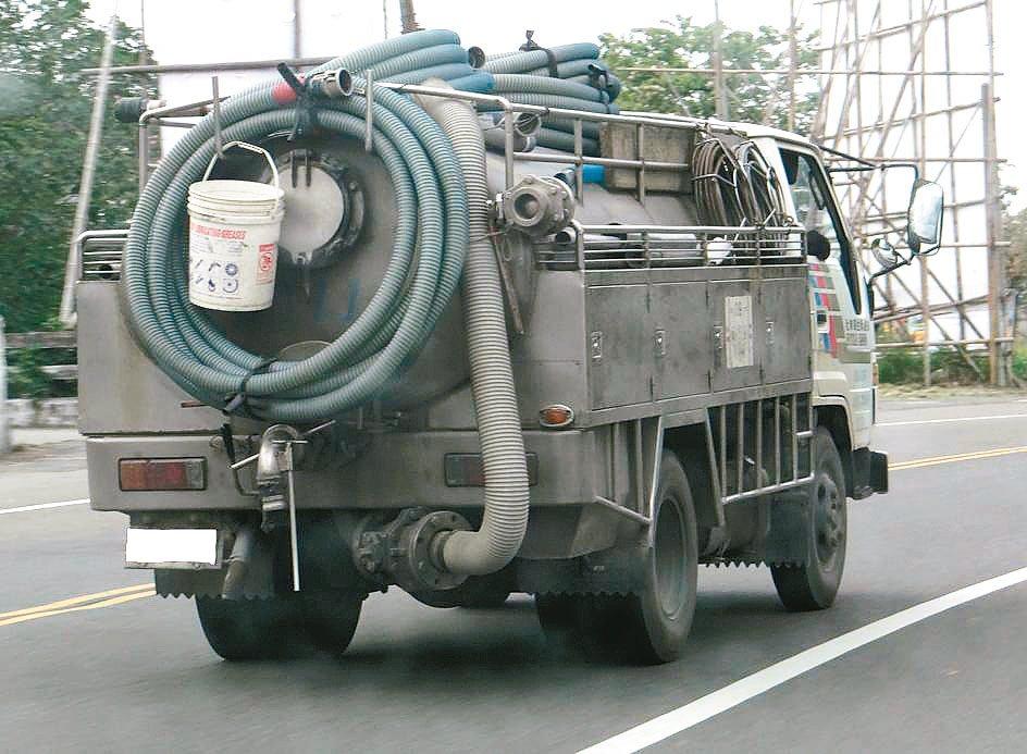 抽水肥小心被當冤大頭,有民眾上網找抽水肥公司,結果被索取高價。民眾從路上水肥車外...