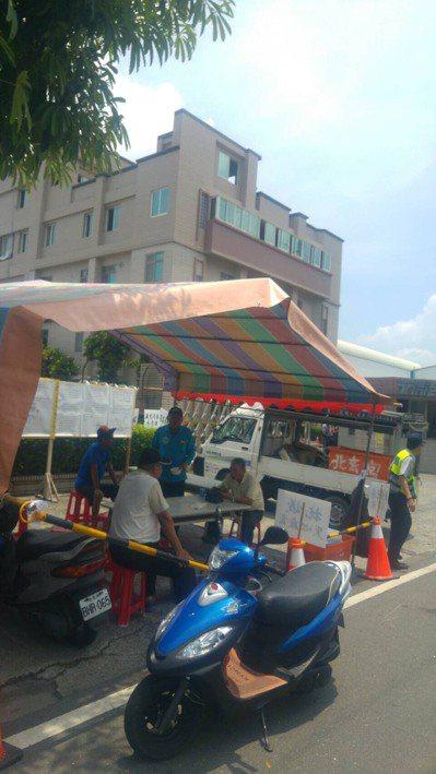 村民在廠外搭篷準備和明徽企業長期抗爭。 記者潘欣中/攝影