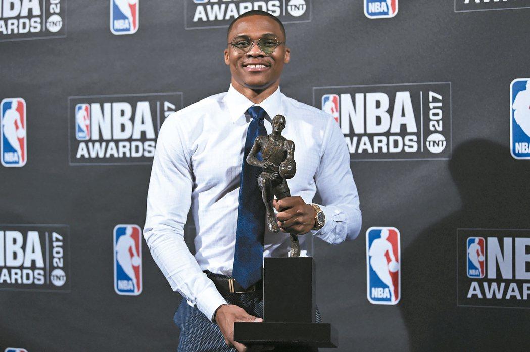 淚謝家人、隊友NBA雷霆隊衛斯特布魯克獲選年度最佳球員,要感謝的人很多。 美...