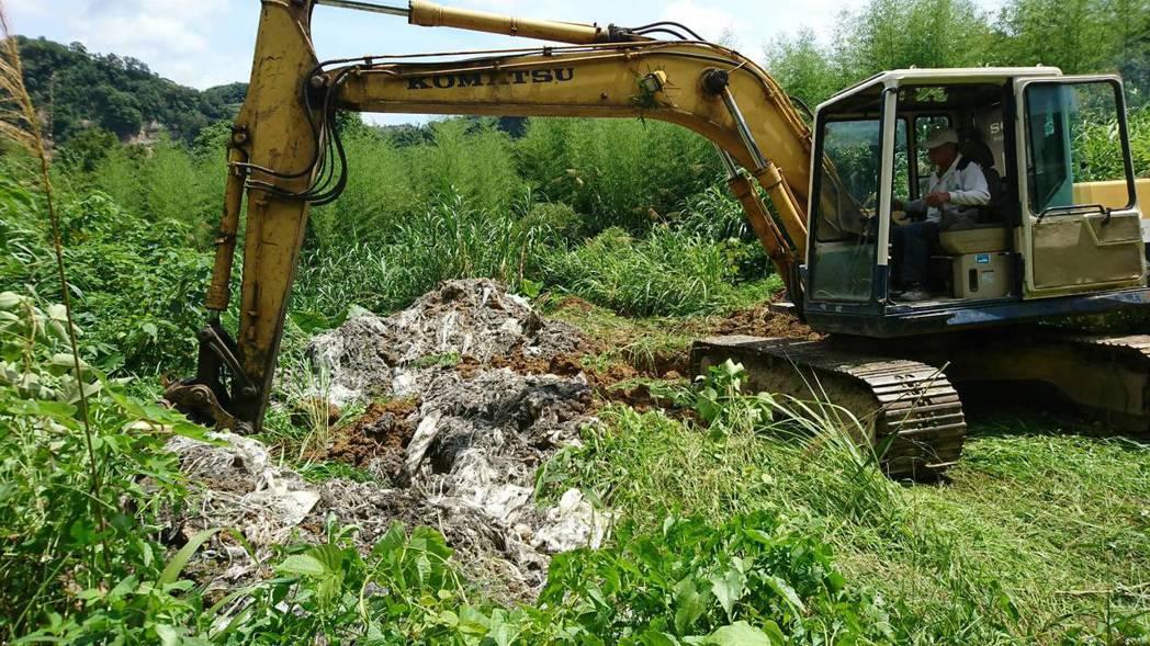 苗栗縣政府環保局今天會同有關單位人員在鯉魚潭水庫上游國有土地,開挖出大批廢玻璃纖...