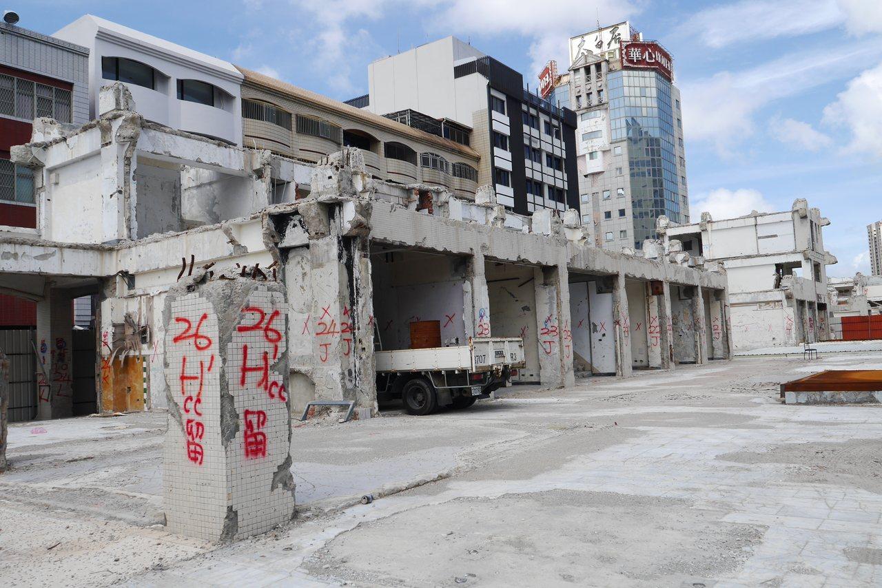 擁有34年歷史的中國城原為南台灣最繁華熱鬧的商圈之一,後來逐漸沒落,市府去年將其...