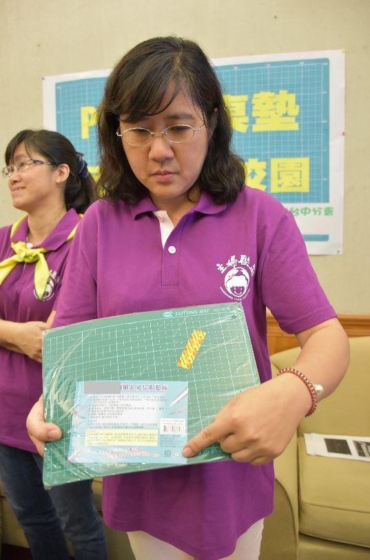 主婦聯盟台中分會長張明純指出,孩子們在學校桌墊有PVC問題。記者王思慧/攝影