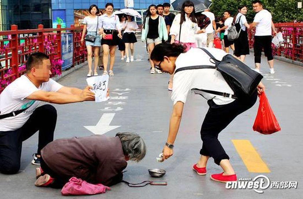 陝西西安一名男子發現有一名老婦長期在小寨天橋上跪地行乞,認為她是「職業乞丐」,遂...