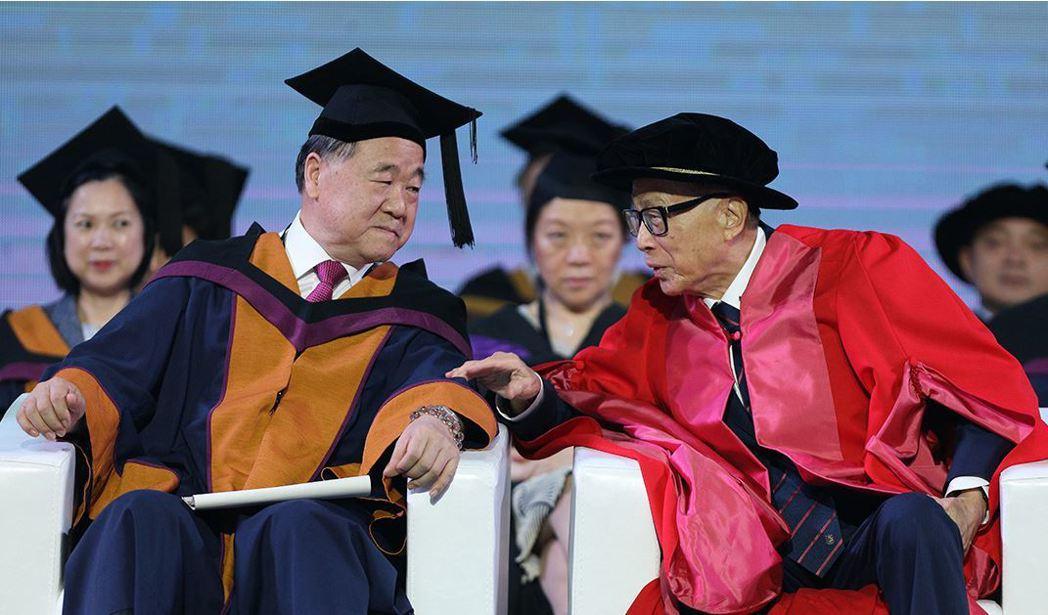 32--莫言(前排左)、李嘉誠(前排右)出席汕頭大學2017年畢畢業典禮。(取材...