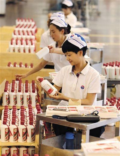 貴州茅台市值超過全球烈酒老牌冠軍帝亞吉歐,圖為繁忙的茅台酒包裝車間。(取材自新京...