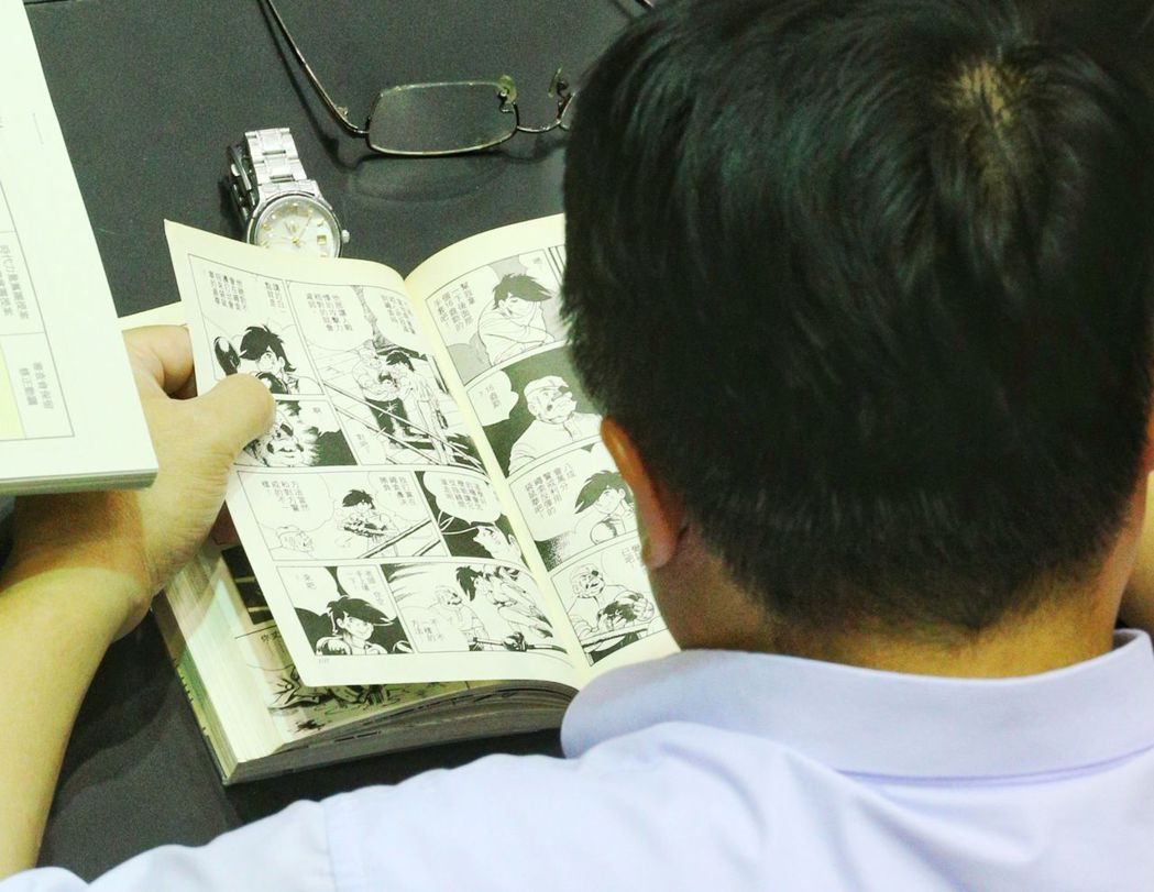 立法院繼續審年改,有委員看漫畫,消磨時間。 記者陳正興/攝影