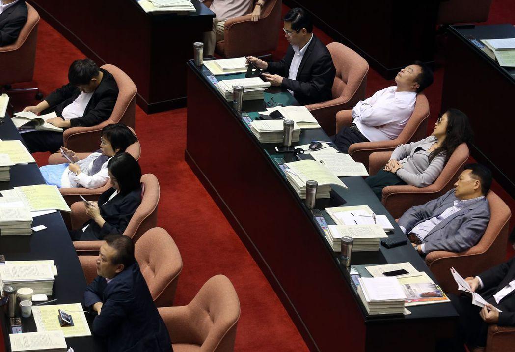 很多委員利用時間多多休息。 記者曾吉松/攝影