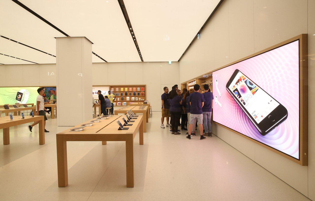 位於台北101的台灣首間蘋果直營店Apple Store,開幕活動蓄勢待發,預計...