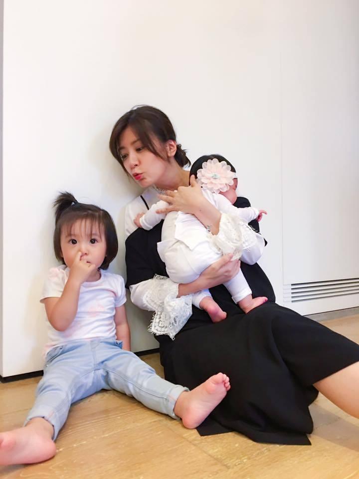 賈靜雯(右)為修杰楷生下兩個女兒咘咘(左)、Bo妞。 圖/擷自賈靜雯臉書