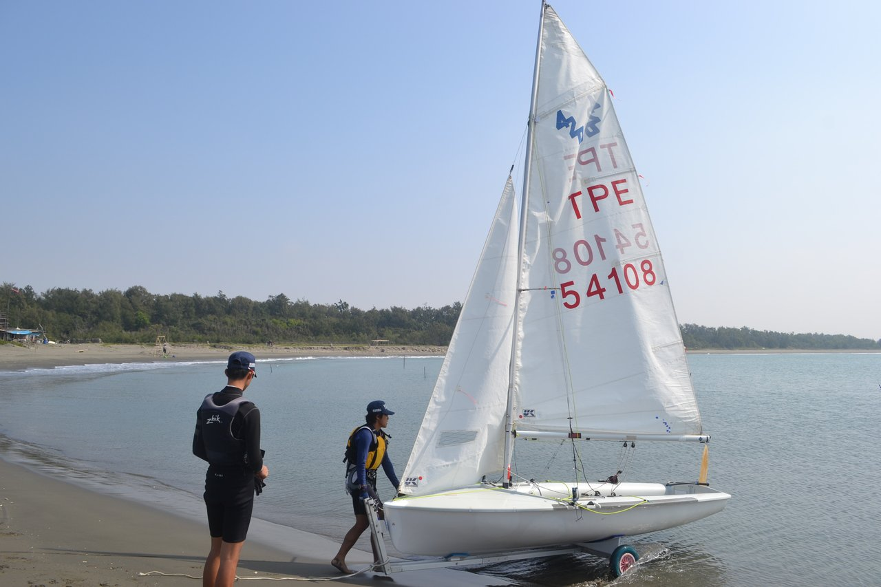 台南市安平區漁光島海灘呈現月牙灣,是台南帆船訓練基地。記者鄭惠仁/攝影