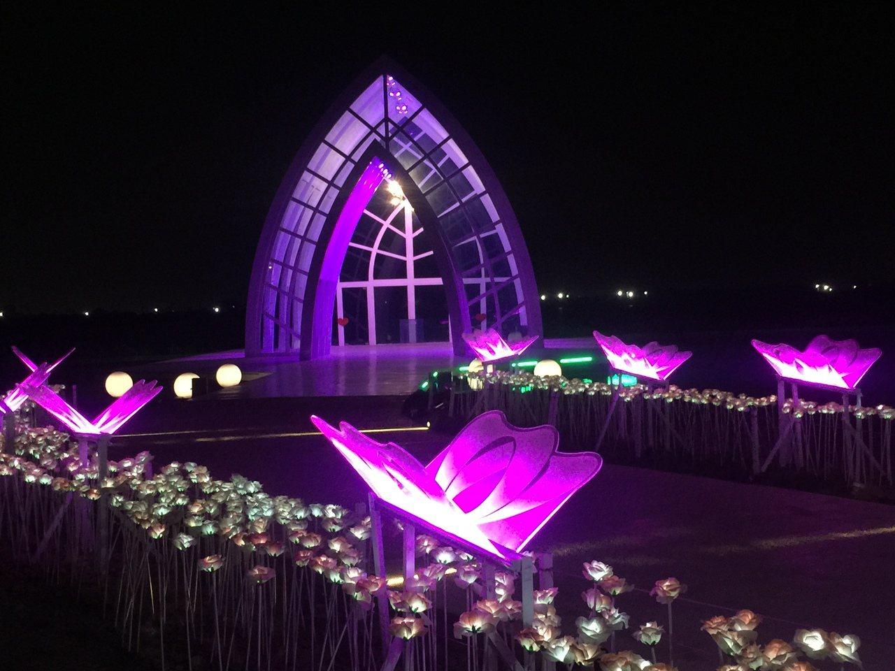 北門水晶教堂晚上有燈光,夢幻如詩如畫。記者吳政修/攝影