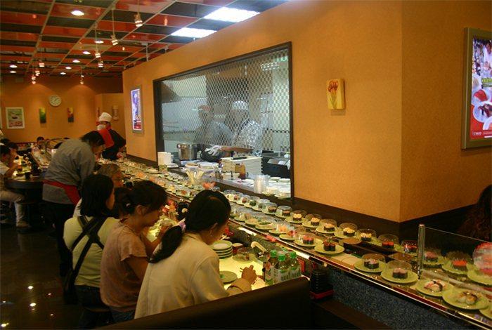 北部知名連鎖日式美食爭鮮迴轉壽司進駐東部花蓮,壽司美食種類多達近70種,深受消費...