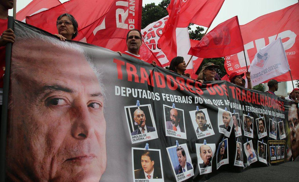 許多巴西民眾走上街頭批判特梅爾的政治誠信,以及質疑他繼續留任總統的資格。 圖/路...