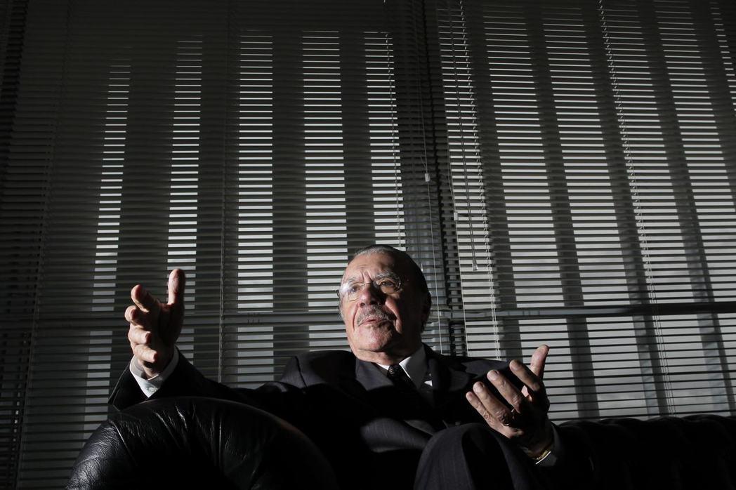 1985年就任巴西總統的薩爾內(José Sarney),軍政府權力終於歸還給民...