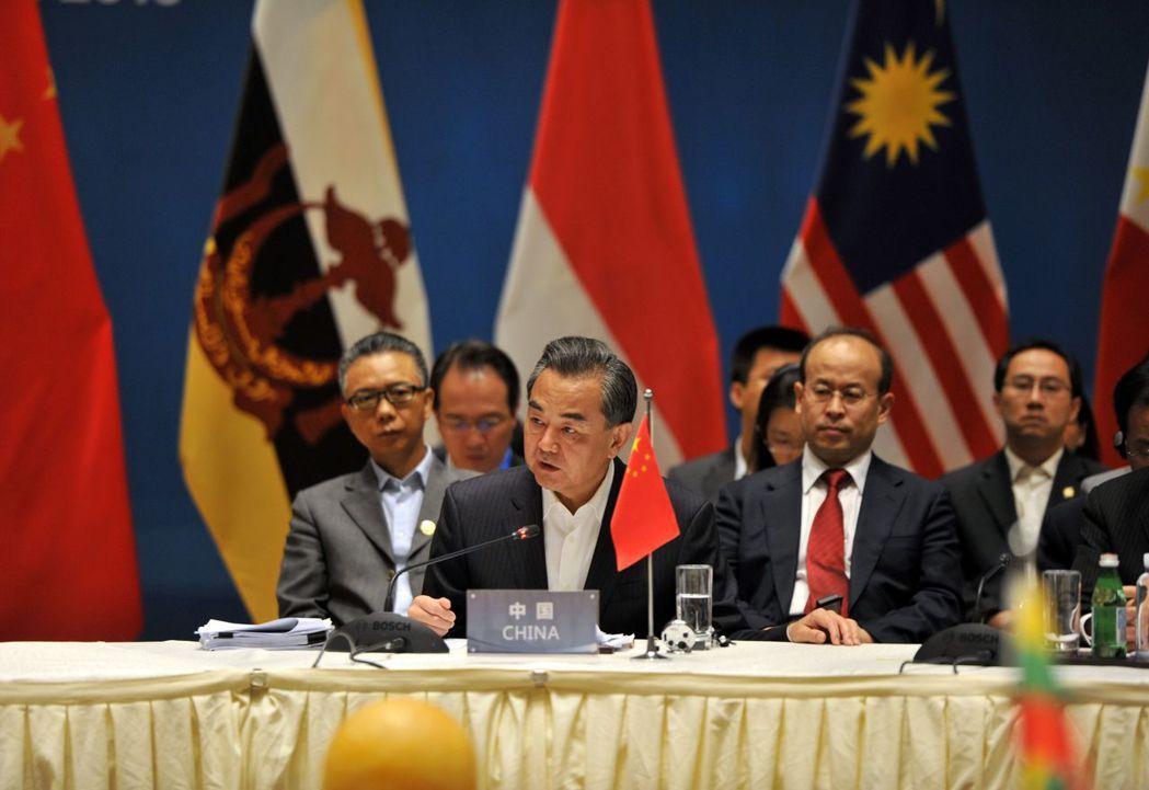 當中國一再發出行使大棒的訊號,都將在未來迫使ASEAN國家選邊,失去中立者的角色...