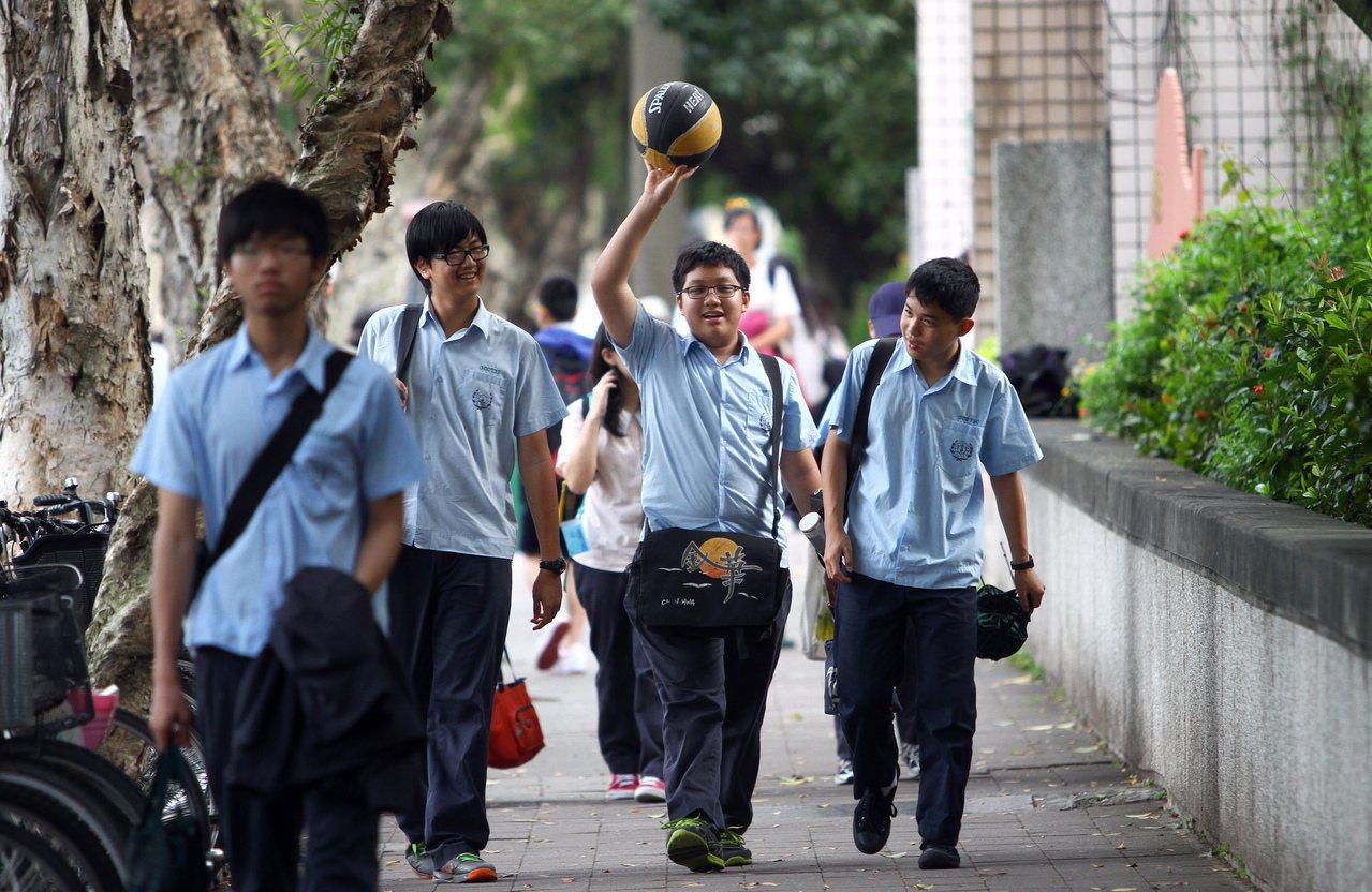 圖為台北市金華國中學生放學。記者陳柏亨/攝影