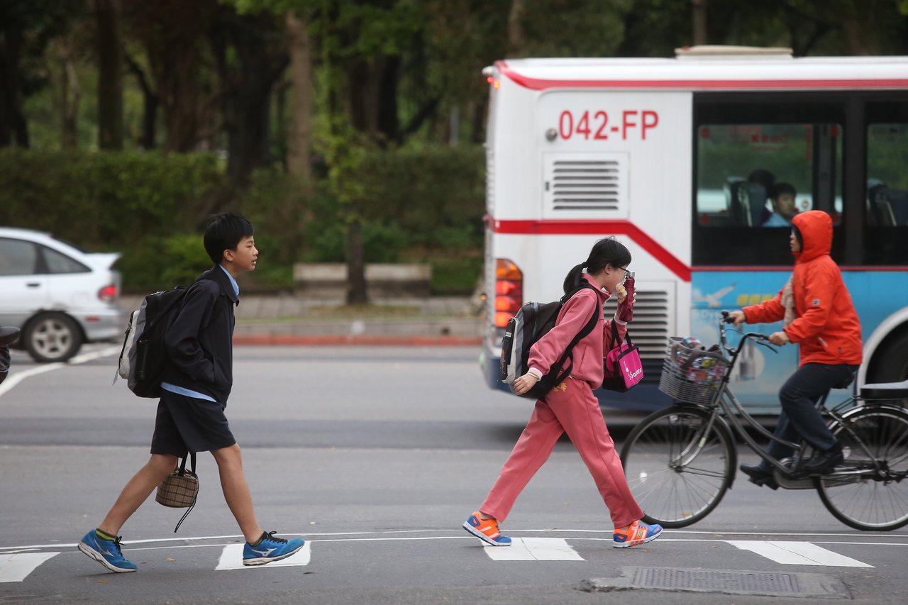 今年國中教育會考總報名人數銳減3萬人,只有24萬3564人,創歷年新低。記者楊萬...