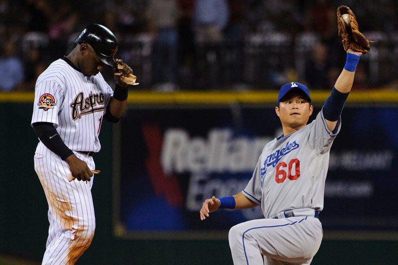胡金龍(右)在大聯盟時打擊表現不佳,但守備能力讓他在大聯盟5個球季出賽多達118...