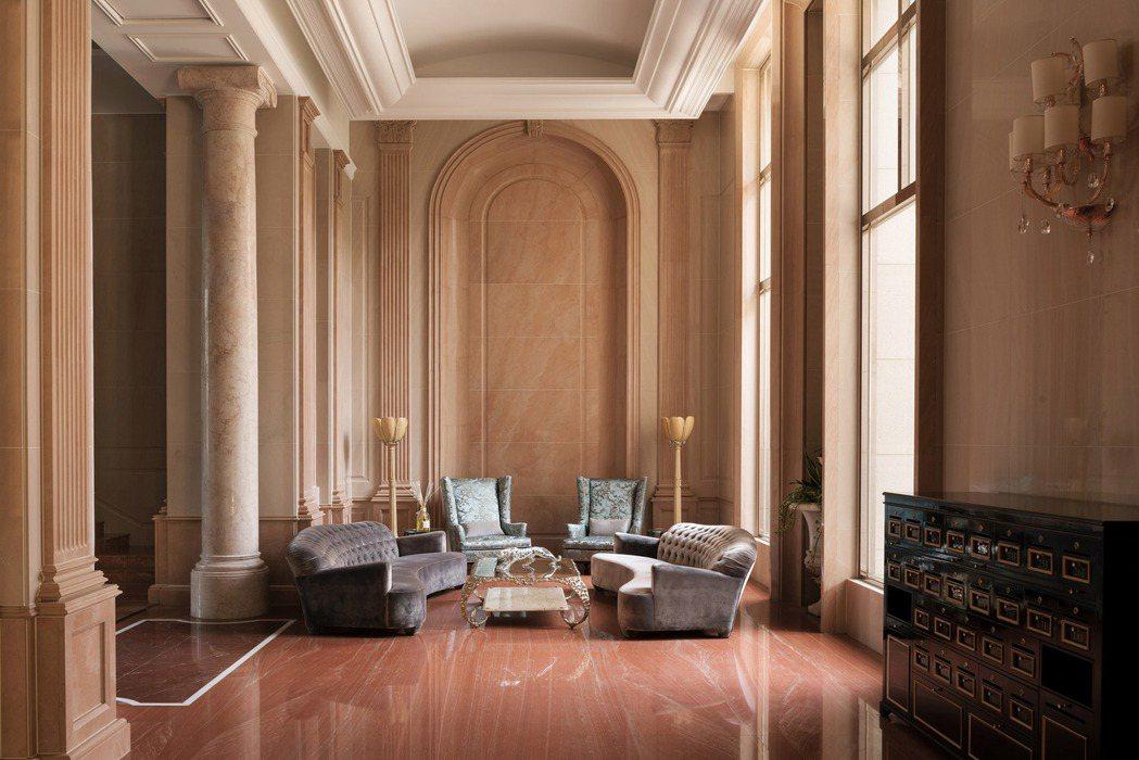 Lobby採用古典的語彙,以單純的用色搭配做工繁複的線條及柱列。 圖片提供/百立...
