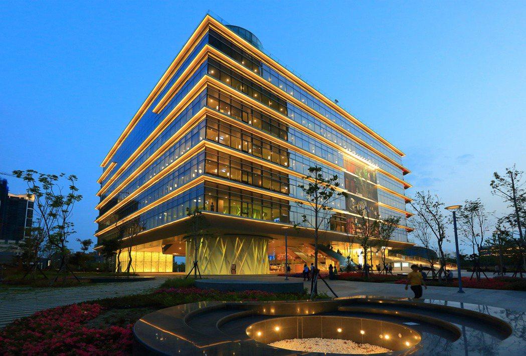 高雄市圖總館就在「百立海洋帝寶」正對面。 圖片提供/百立建設