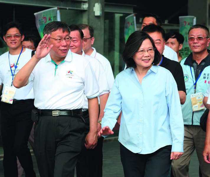 中國認為柯文哲(左)的「兩岸一家親」,背離蔡英文(右)的政策。 攝影/郭晉瑋