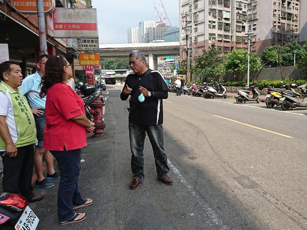 汐止忠孝里將在活動中心前的工建路上做為youbike租借站,要遷移原有的40格機...