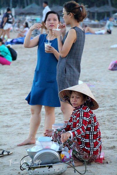 沙灘上賣小吃的小販。 攝影/賴勳毅