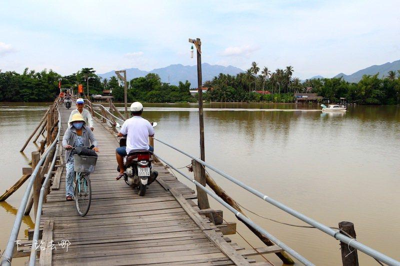 木橋是村民通往外界的唯一道路。 攝影/賴勳毅