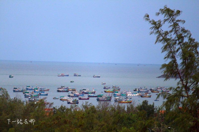 站在紅沙丘遠眺歸來的漁船。 攝影/賴勳毅