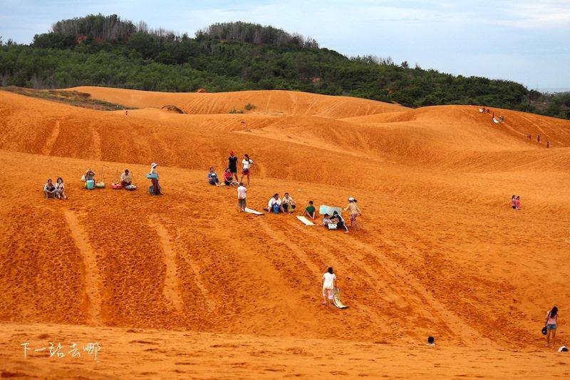 遊客在紅沙丘滑沙。 攝影/賴勳毅