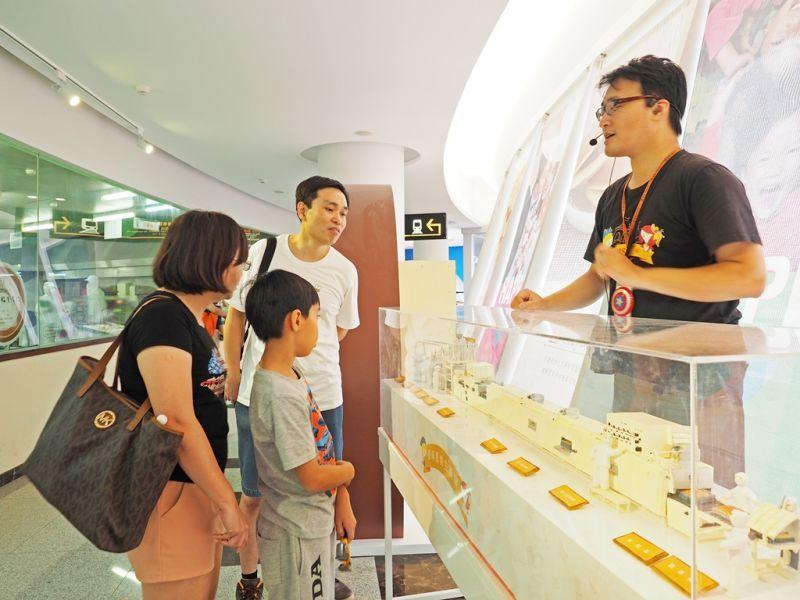 導覽人員詳細解說蛋糕生產線流程,大小朋友都聽得好專心。(攝影/劉宸嘉)