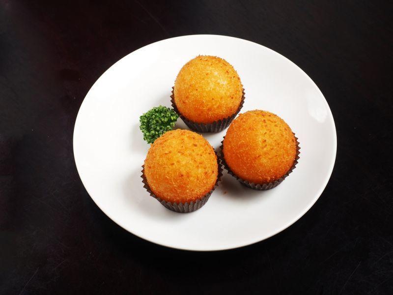 酥脆爆漿的「黃金流沙球」,是義美見學餐廳的招牌餐點之一。(攝影/劉宸嘉)