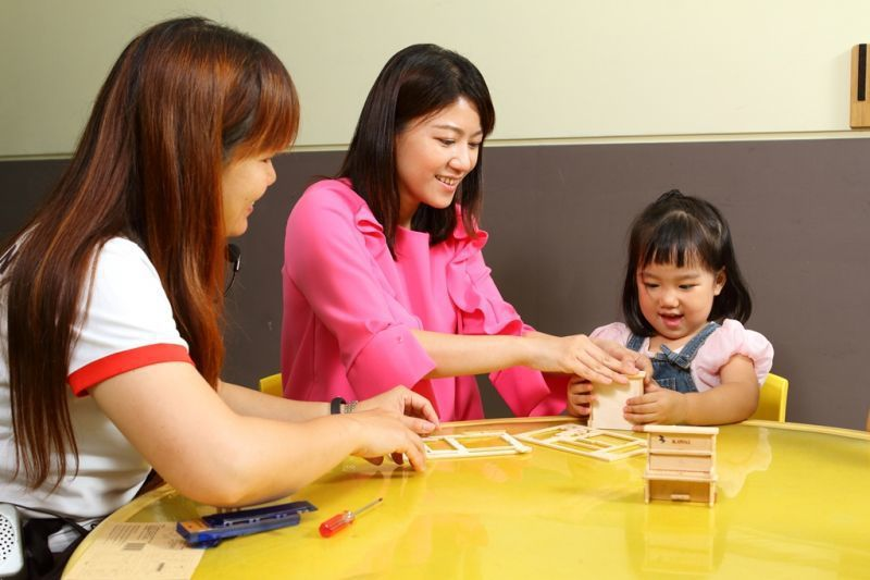 手作樂器DIY體驗,親子一同組裝鋼琴模型。(攝影/盧育君)