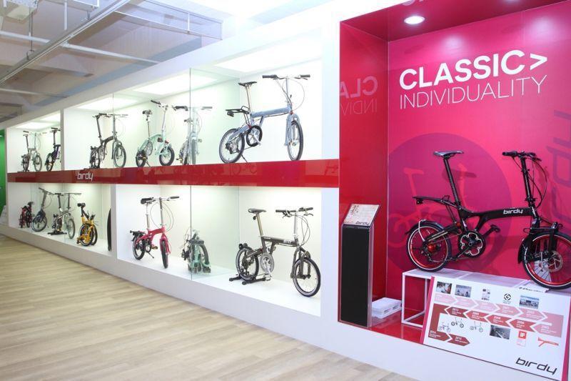 館內展示各式各樣現代新奇的車款,目前還收藏約150件「活的」自行車。(攝影/盧育...