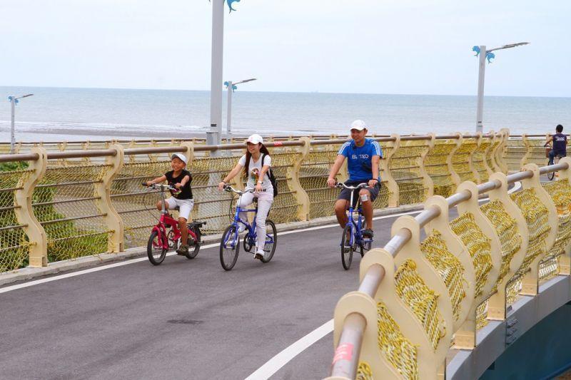 由專人帶隊的單車輕騎行活動,以慢活方式體驗新屋的人文生態,伴隨 海風吹拂,享受悠...
