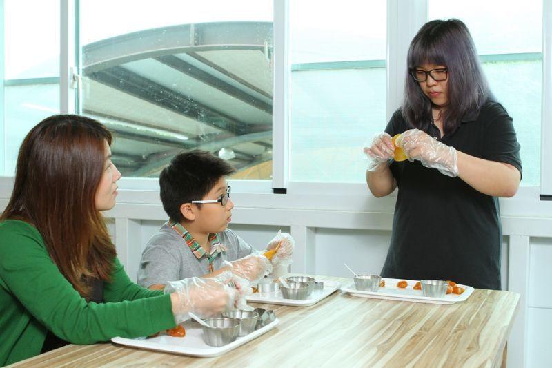 仔細聆聽飄香果DIY步驟,親子一同體驗製糖樂趣!(攝影/盧育君)