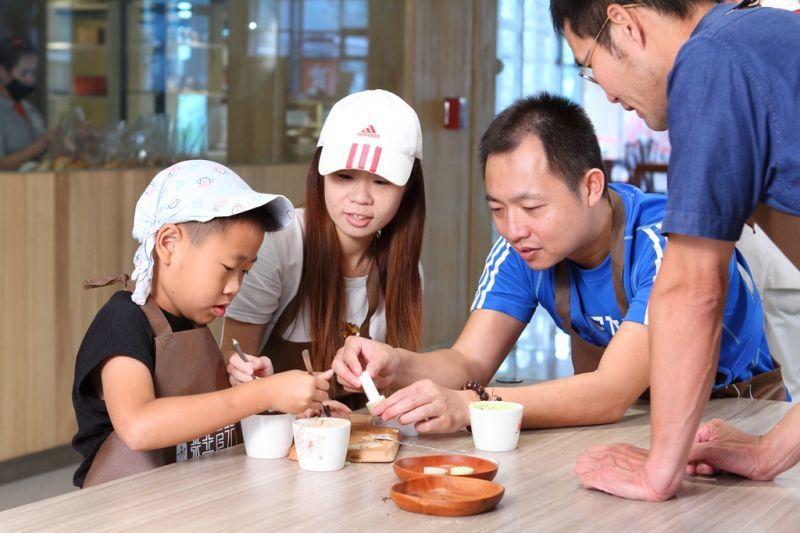 親子一起體驗糕餅DIY,自己動手做好有趣!(攝影/盧育君)