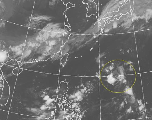 今天凌晨2時紅外線衛星雲圖顯示,熱帶擾動雲系(黃虛圈)在菲律賓東方海面,結構鬆散...