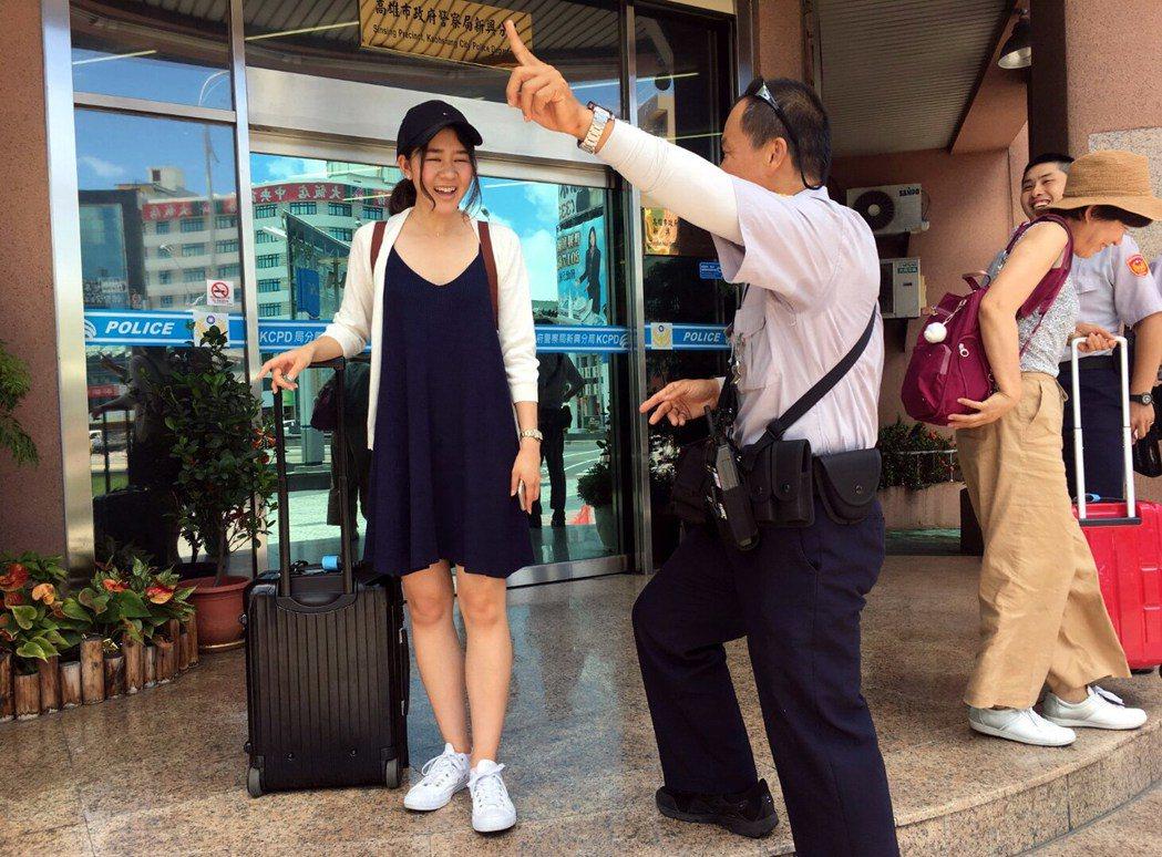 新興警分局巡佐歐任辛(左二)的自習的日語派上用場,完成一次國民外交。記者林保光/...
