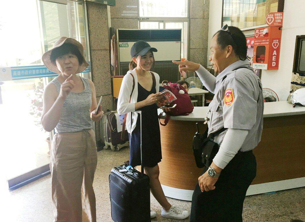 高雄市新興警分局中山派出所巡佐歐任辛以流利日文,與日籍母女對話。記者林保光/翻攝