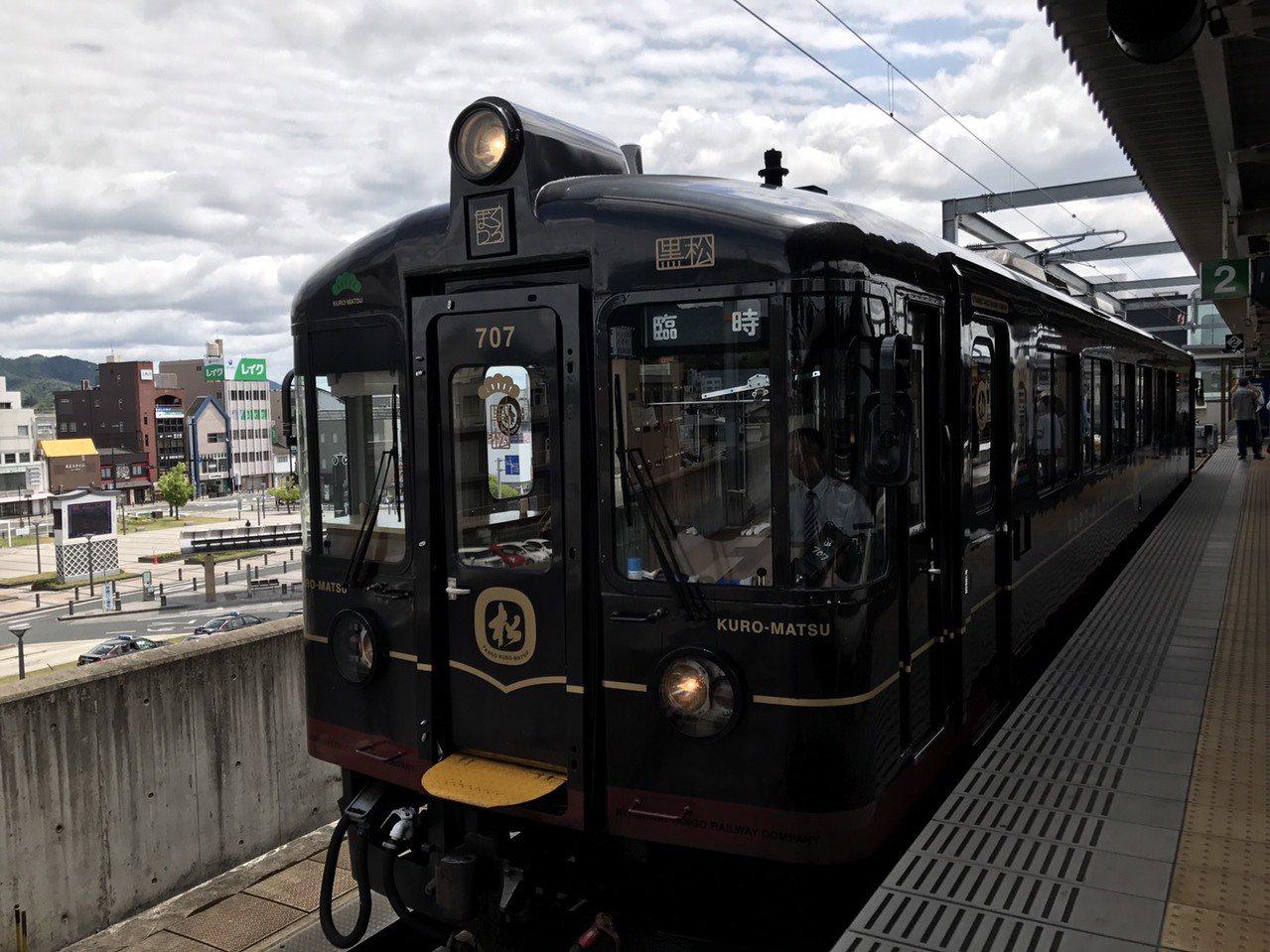 交通部次長王國材等人日前赴日考察Tram-train,沿途也參訪了京都的觀光列車...