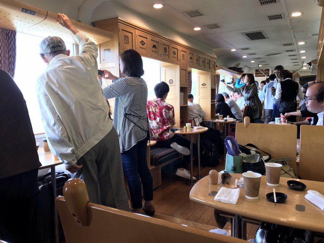 車廂內供餐、親子遊樂設施,到特定景點會停下來讓乘客拍照。圖/王國材提供
