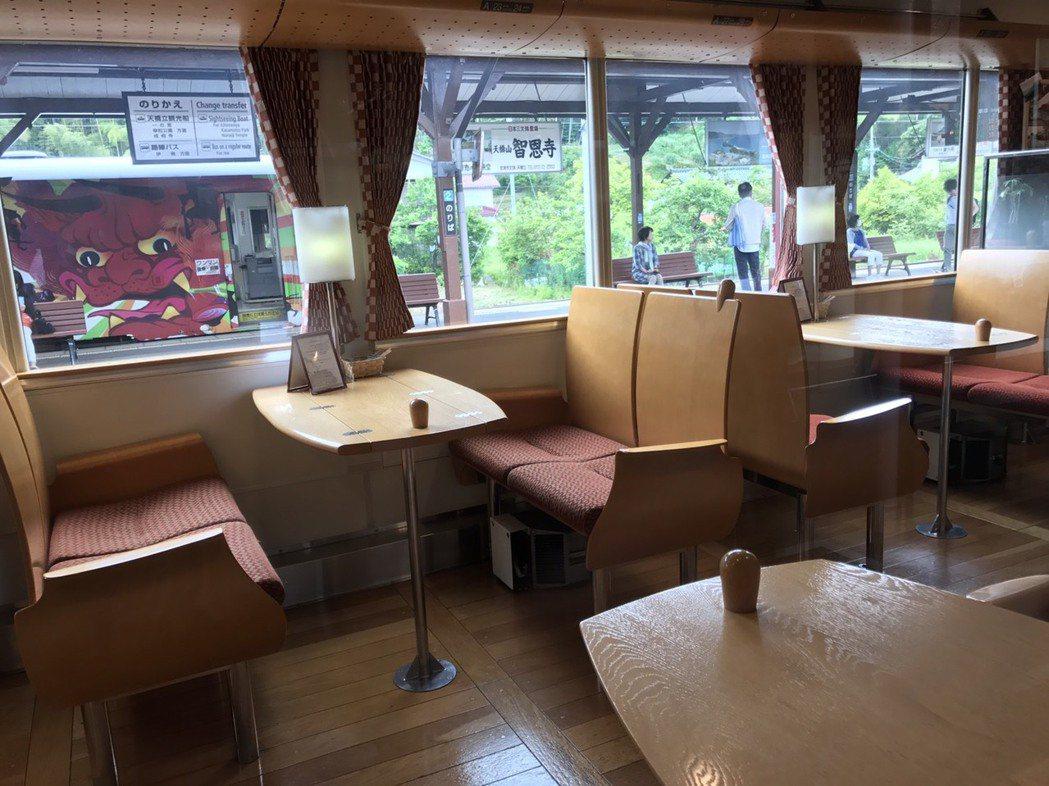 黑松號車廂內有供餐、親子遊樂設施,到特定景點還會停下來讓乘客拍照。圖/王國材提供