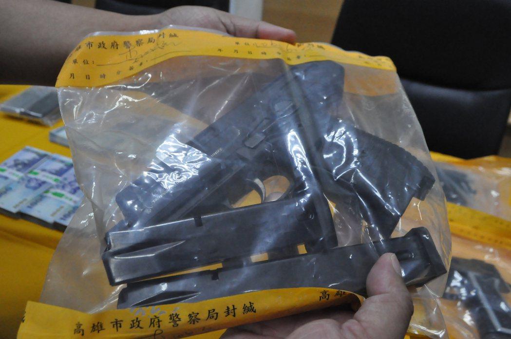 高雄市岡山警分局偵破販毒集團,查扣一把是原是土耳其製ZORAKI 925型制式小...