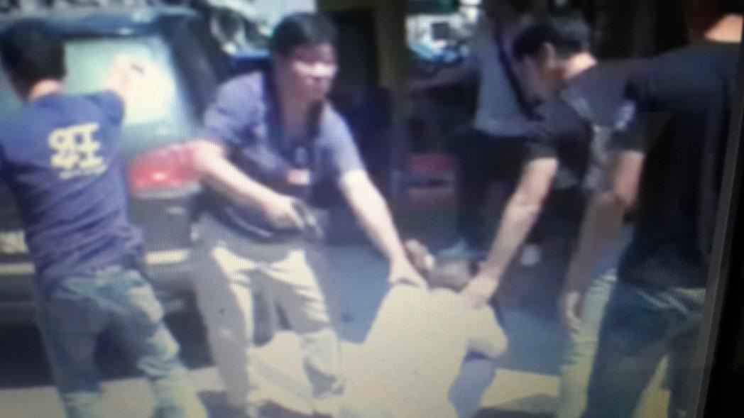 黃姓毒品中盤商落網,被警方壓制。記者黃宣翰/翻攝