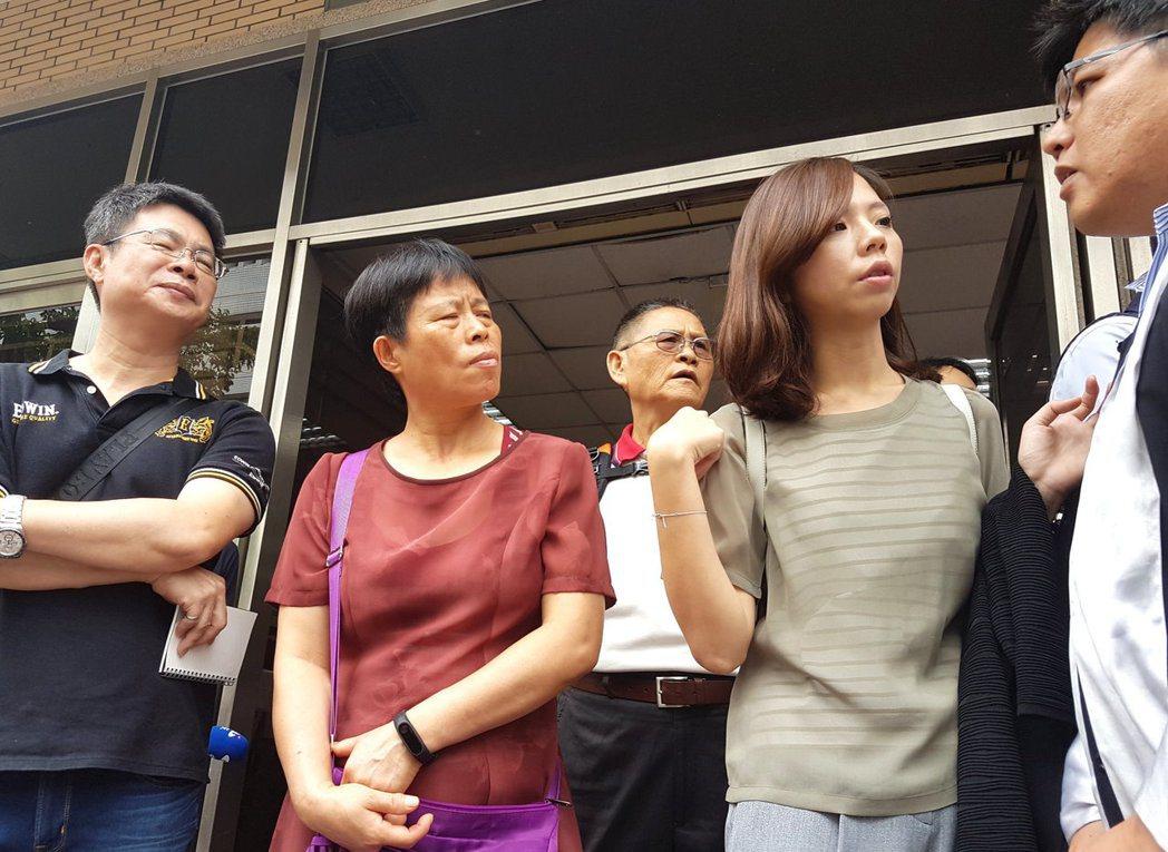 洪仲丘一家人與律師邱顯智(右)出庭聽高院更一審宣判。記者王宏舜/攝影