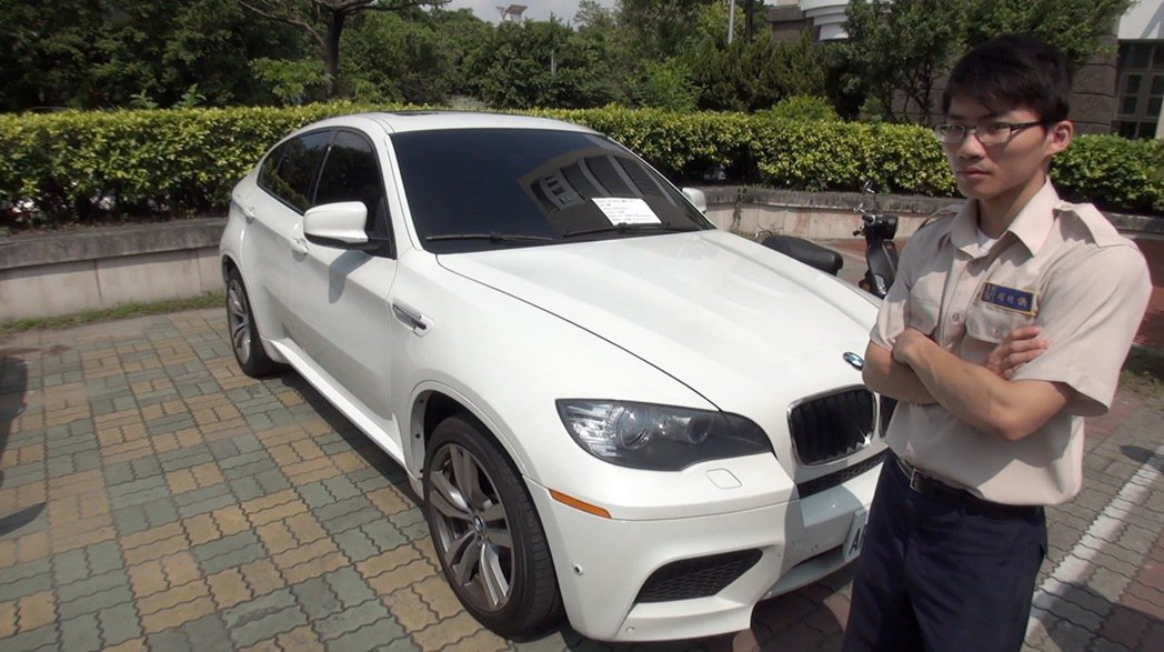 台中地檢署今天進行扣押物的拍賣,一輛市價300萬至500萬BMW的X6,因仍欠銀...